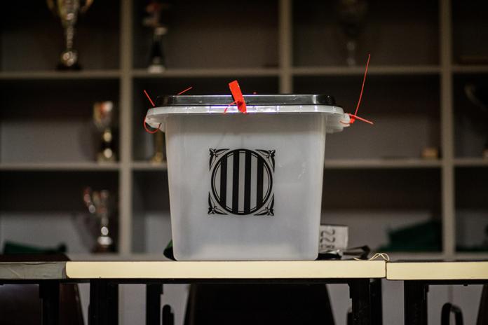 Una de les urnes en el pavelló de Sant Julià de Ramis, on votarà el president de la Generalitat, Carles Puigdemont / Carles Palacio