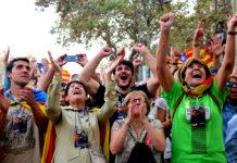 Ciutadans celebrant la proclamació de la independència als voltants del Parc de la Ciutadella el 27 d'octubre de 2017 / Belén Álvarez