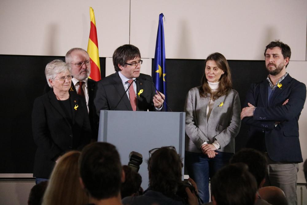 El president Carles Puigdemont i els consellers destituïts en una compareixença a Brussel·les després dels resultats del 21-D / José Soler