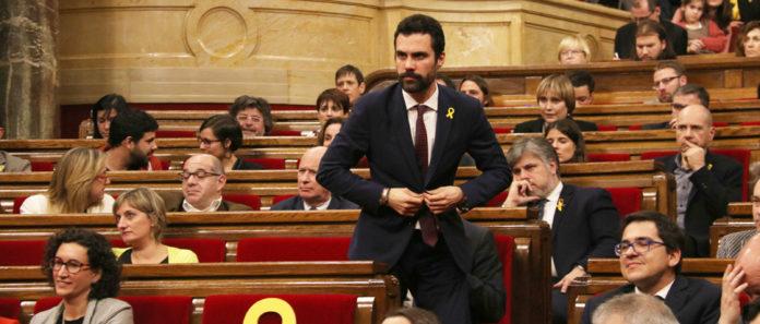 Pla sencer de Roger Torrent aixecant-se del seu escó per prendre possessió del càrrec de president de mesa del Parlament / Elisenda Rosanas