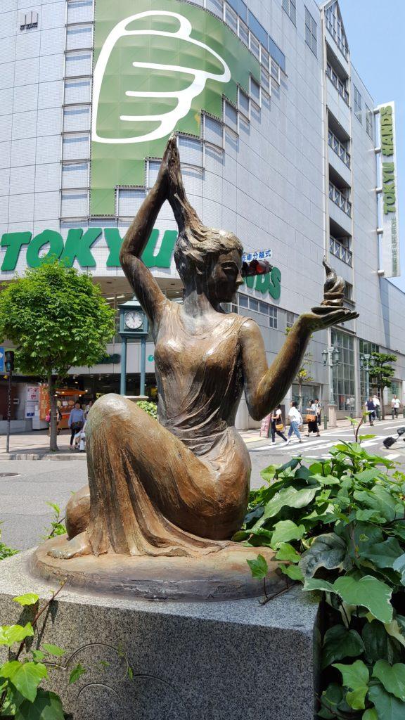 Escultura davant de l'estació