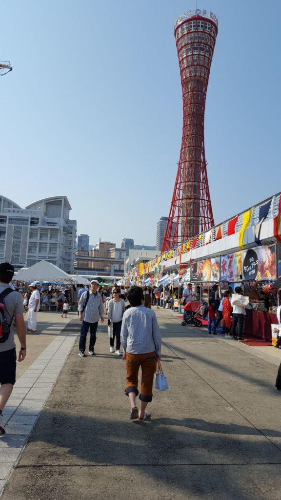 Passeig marítim amb la Torre de Kobe al fons