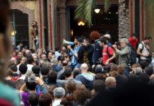 Ciutadans al recinte de l'Escola Industrial de Barcelona per votar el moment en què ha fet la seva intervenció membres del Comitè de Defensa del Referèndum / Pere Francesch
