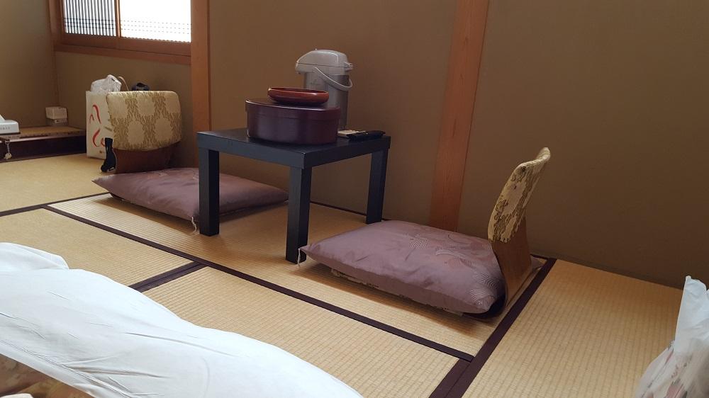 Taula baixa i cadires a ras de tatami
