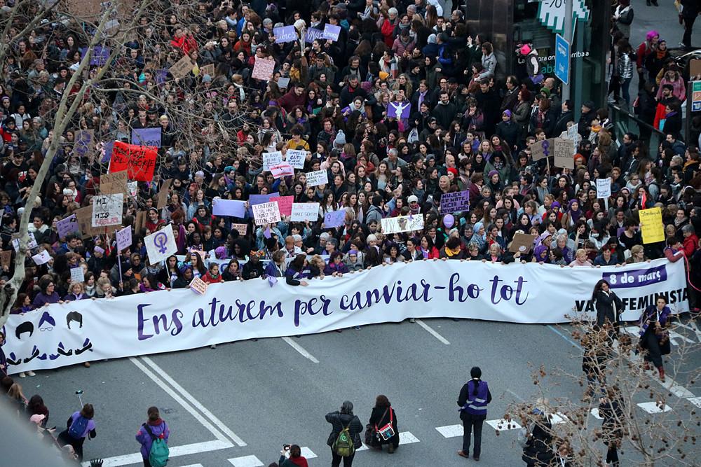 Pla general aeri de la capçalera de la manifestació central a Barcelona de la vaga feminista del 8 de març de 2018 / Gemma Sánchez