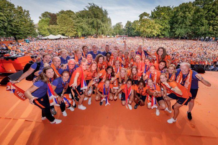 La selecció de futbol femení d'Holanda en la festa de celebració de campions d'Europa / @liekemartens1