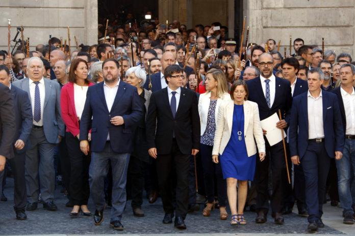 El president de la Generalitat, Carles Puigdemont, la presidenta del Parlament, Carme Forcadell, i el vicepresident Oriol Junqueras creuen la Plaça Sant Jaume acompanyat per més de 700 alcaldes / Laura Busquets