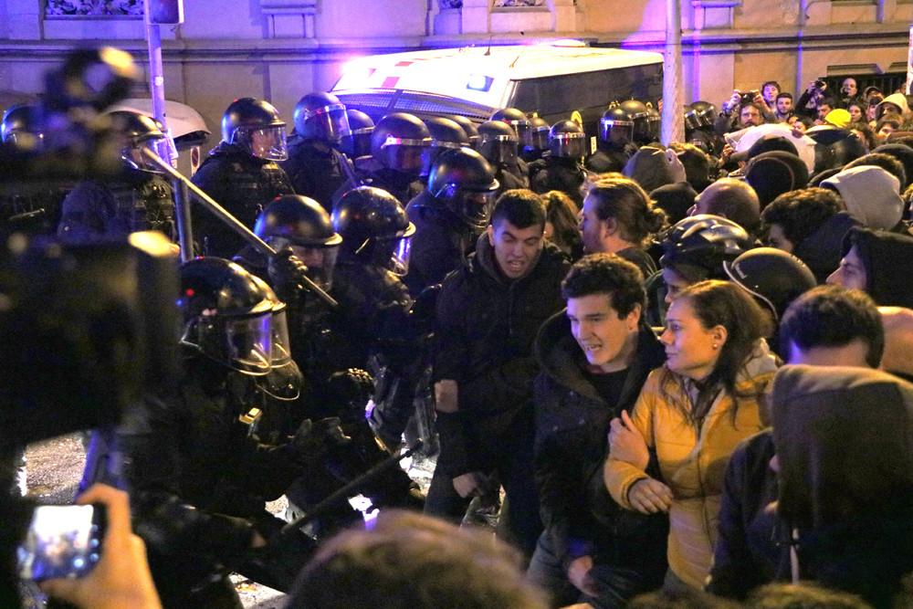 Mossos carregant al carrer Roger de Llúria amb València / ACN