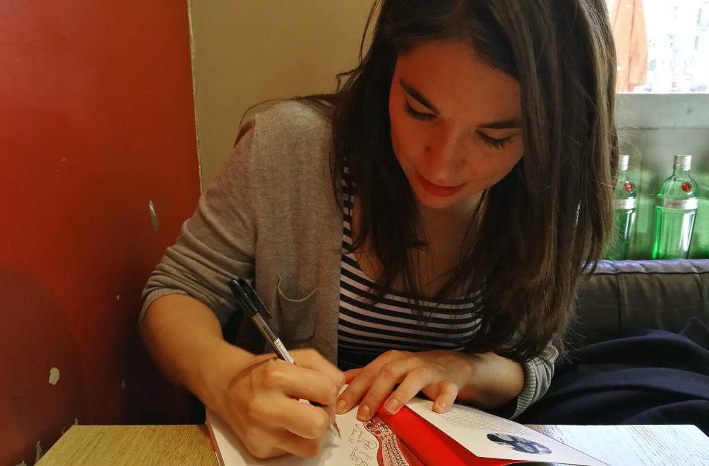 Raquel Riba firmant un exemplar del seu últim llibre 'Qué pacha mamá' / Anna Solé Sans
