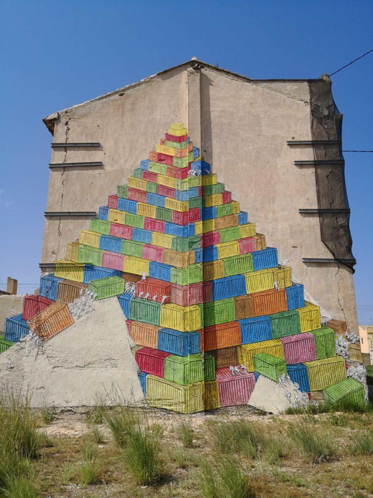 """Mural de Blu//Els contenidrs de colors, material de les noves """"piràmides"""" de l'Horta//Jordi Sarrión i Carbonell"""