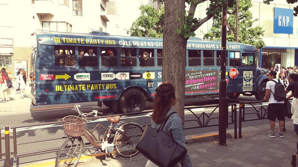 Un autobús ple de gent amb la música a tot volum fent una festa sobre rodes!