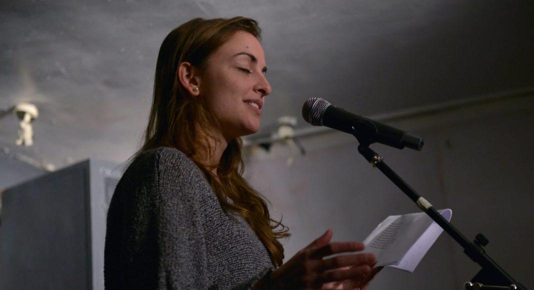 Irene Solà, durant un recital de poesia a Londres. © Irene Solà