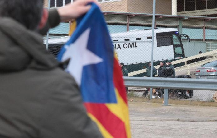 Els presos arriben a Soto del Real aquest 01/02/2019, on una persona amb una estelada ha fet crits demanat el seu alliberament