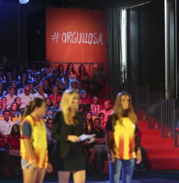 La periodista Marta Carreras presentant la campanya #Orgullosa a TV3. Font: FCF.
