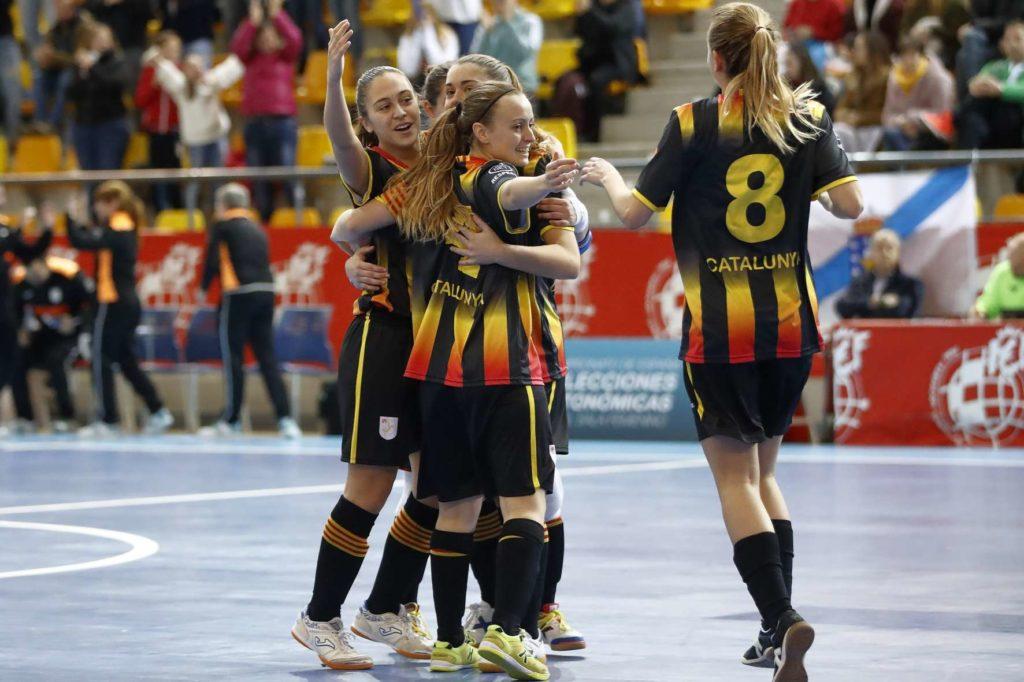 Les jugadores catalanes celebren un dels gols contra l'equip gallec a la final del Campionat d'Espanya sub 20 a Las Rozas, Madrid. Font: FCF.