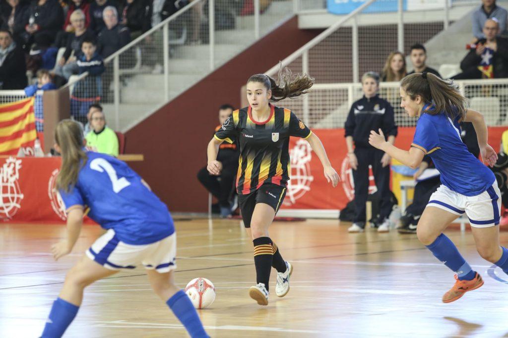 Marta de los Riscos jugant amb la selecció catalana i contra Aragó en la fase prèvia del Campionat d'Espanya. Sabadell. Font: FCF.