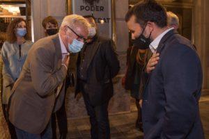 Joan Ribò i Vicent Marzà saludant-se a la porta del Teatre Principal de València.
