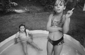 Mary Ellen Mark, Amanda i la seva cosina Amy, Valdese, Carolina del Nord, Estats Units, 1990. Font: Foto Colectania.