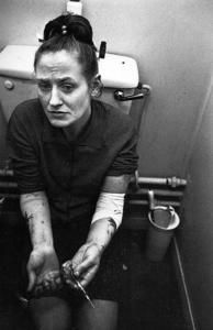 Mary Ellen Mark. Addicta a l'heroïna a la cambra de bany, Londres, Anglaterra, 1969. Font: Live Journal.